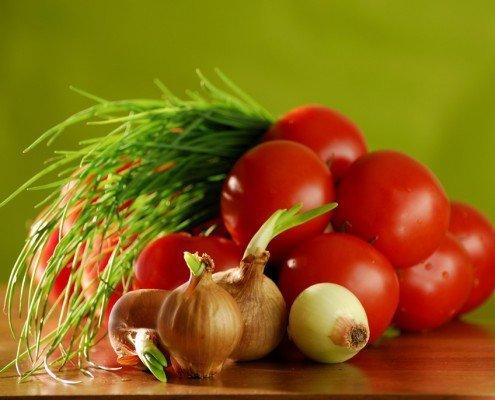 Frischer Tomatensalat mit weißem Spargel
